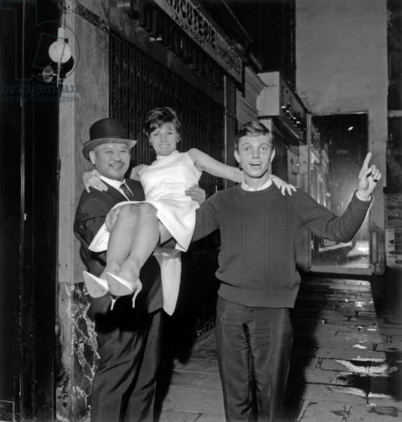 Topo The Catcher Carrying in his Arms Renee Caron (Fernand Raynaud'S Wife), With Franck Alamo October 21, 1965 (b/w photo)