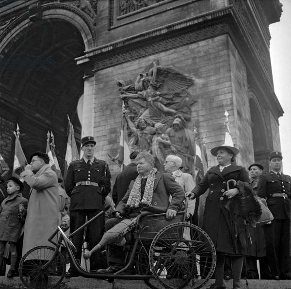 Ceremony given on November 11, 1949 in Paris (Arc de Triomphe) : a disabled ex-servicemen in a wheelchair (b/w photo)