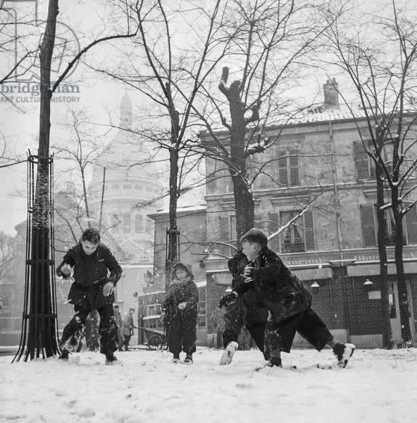 Winter : snow in Paris on December 27, 1950 (children playing with snow in Montmartre) (b/w photo)