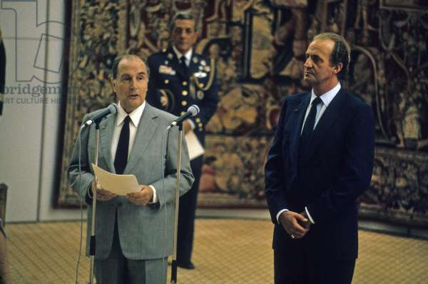President Francois Mitterrand delivers a welcome address to King Juan Carlos I of Spain, at the Salon d'Honneur of Orly Airport, July 8, 1985. (photo)