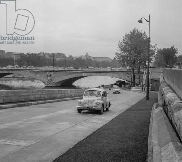 A new expressway running along the Seine in Paris, October 5, 1960 (b/w photo)