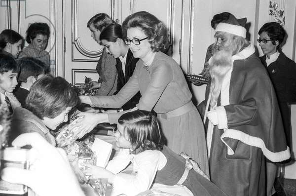 The Christmas for the children of Monaco, at the Prince's Palace of Monaco, December 20, 1971 : Prince Albert (futuer Albert II),  Princess Caroline, Princess Grace of Monaco, Santa Claus and Princess Stephanie (b/w photo)
