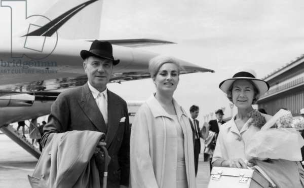 Sir Ralph Richardson, Miss Muriel Forbes and Miss Barbara Gefford, travelling with the 'Shakespeare Festival Company', May 1964 (b/w photo)