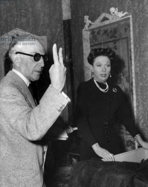 Le réalisateur Marcel L'Herbier avec Arletty sur le plateau du film Le père de la fille en 1953 (photo b/w)