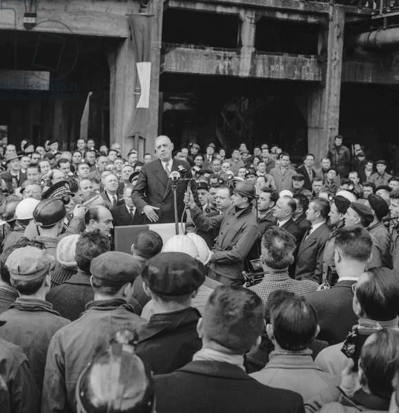 Travel of French president Charles de Gaulle, in French southwest, February 1960 : here visiting the workers of a coalmine (b/w photo)