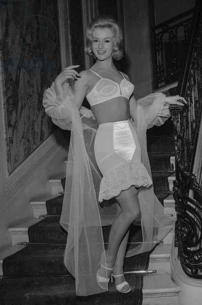Presentation of corsets at Crillon Hotel, Paris, October 20, 1960 : Annie Nielsen (b/w photo)