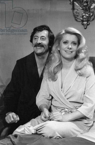 L'actrice française Catherine Deneuve et l'acteur français Jean Rochefort (1930-2017) sur le tournage du film «Courage - Let's Run» le 22 mai 1979