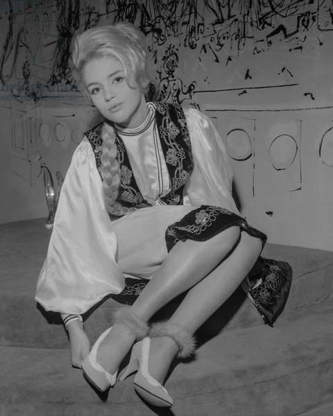 """Fashion : shoes from Laure collection (shoemaker), Paris, October 5, 1960 : """"Groutchenka"""" shoes (b/w photo)"""