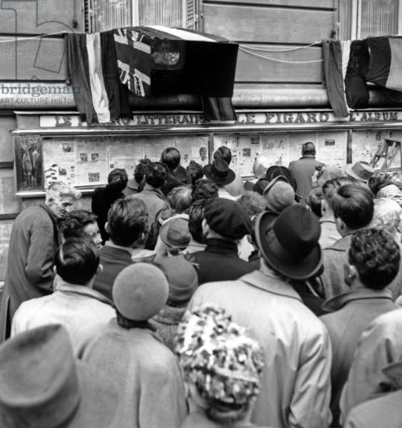 Crowd in Paris Watching The Coronation of Queen Elizabeth Ii of England on Tv June 02, 1953 (b/w photo)