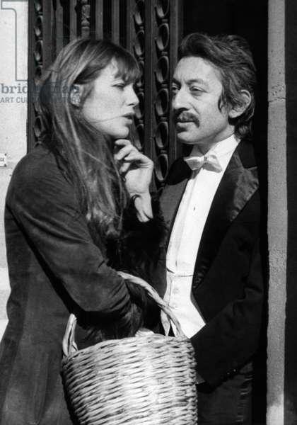 Jane Birkin Rend Visite A Serge Gainsbourg Sur Le Tournage De La Dramatique Lever De Rideau Que Realise Jeanpierremarchand. Le 2 Mars 1973 (b/w photo)