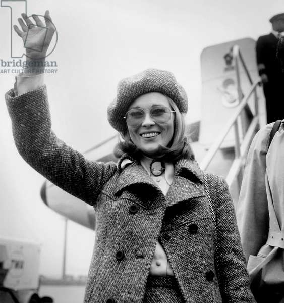 American Actress Faye Dunaway Wearing A Beret Arriving in Orly Airport January 23, 1968 (b/w photo)