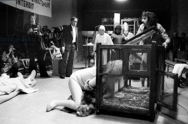 """The Director Tadeusz Kantor Au Centre (1915-1990) During Repetitions Of His Show """"Les Mignons Et Les Guenons"""" Au Grand Foyer Du Theatre De Chaillot Le 16 April 1974 Neg: Cx7143 - Stage Director Tadeusz Kantor (1915-1990) during Rehearsals of Play """"Les Mignons Et Les Guenons"""" in Paris April 16, 1974 (b/w photo)"""