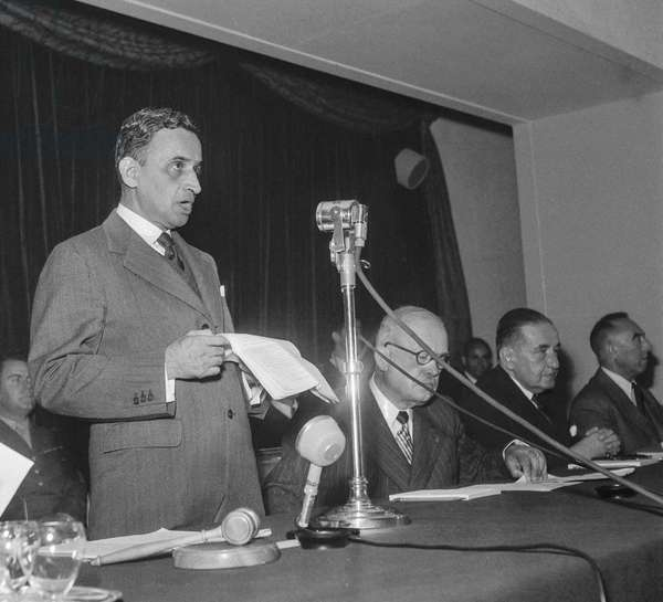Meeting of the International Monetary Fund (IMF) in Paris, September 1950 : Chintaman Dwarakanath Deshmukh  (Indian Minister of Finance) and Vincent Auriol (French president) (b/w photo)
