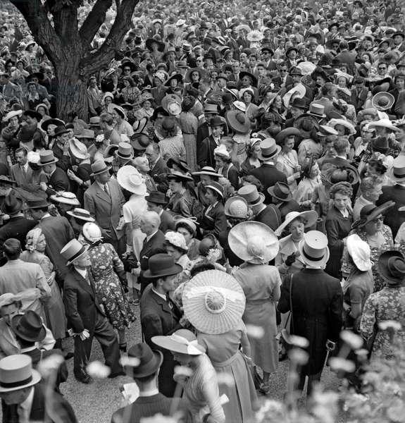 Grand Prix de Paris (horse race), Longchamp racecourse, Paris, June 26, 1949 : the crowd (b/w photo)