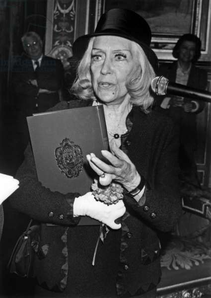 Gloria Swanson A L'Hotel De Ville De Paris A L'Occasion De La Publication De Ses Memoires Le 3 Avril 1981 (b/w photo)