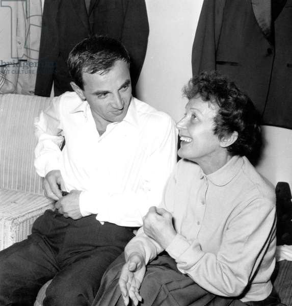 Edith Piaf et Charles Aznavour après son spectacle à Paris 9 octobre 1958 (photo b/s)