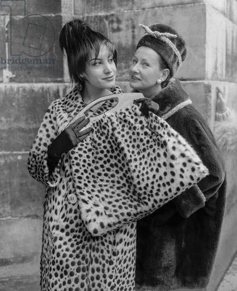 Fashion : fur by Chombert, Paris, October 10, 1960 : cheetah bag and coat, and a coypu coat (b/w photo)