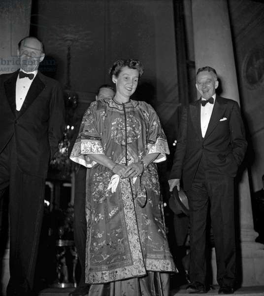 Conference of 4 ministers of Foreign affairs (USA, France, USSR, UK about Germany), diner at the Elysee, Paris, May 25, 1949 : Philip Jessup (r) and his wife (b/w photo)