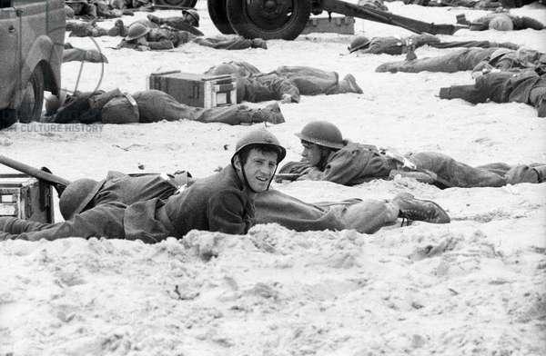 Jean Paul Belmondo sur le tournage du film «Week-end at Dunkerque», 1964 (photo)