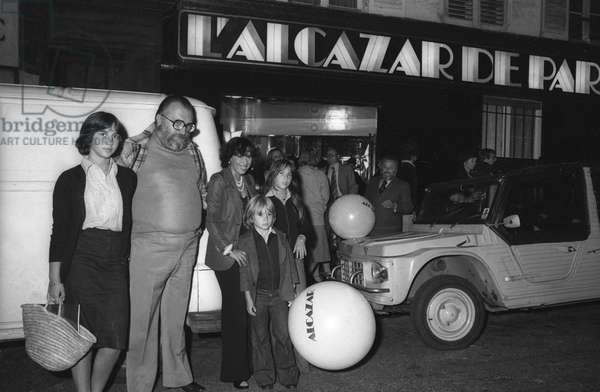 Italian film director Sergio Leone leaving the Alcazar with his family in Paris, on September 6, 1976 (b/w photo)