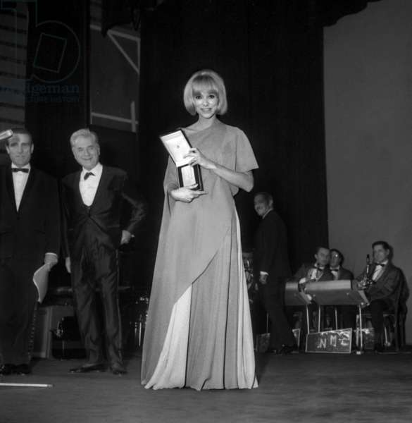 Mireille Darc with her prize, Night of the French Cinema Award, 25 November 1966 (photo)