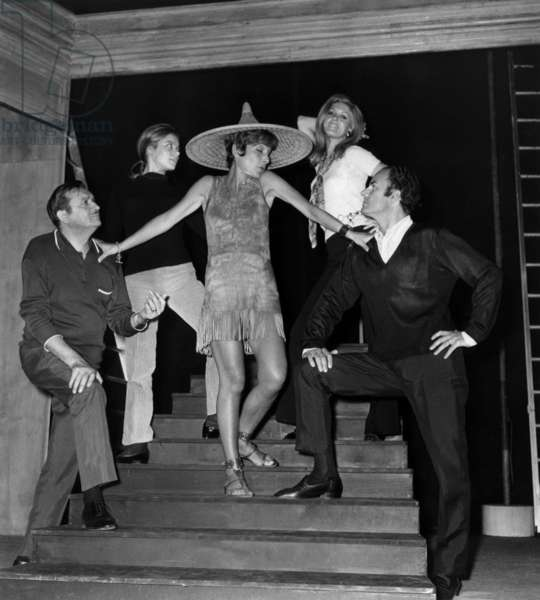 """Martine Rouaix, Sarah Stephan, Maria Pacome, Claude Pieplu and Michel Roux in the play """"Les grosses tetes"""", 29 August 1969 (photo)"""
