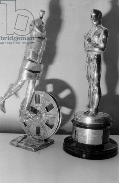 Two statuettes for prize cinema : first model of Cesar and the Oscar (photo)