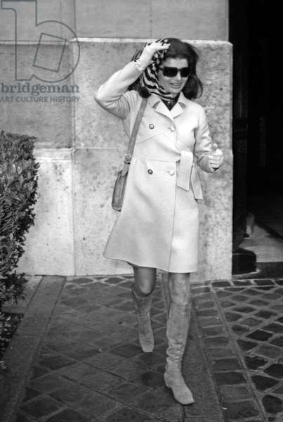 Jackie Kennedy Onassis leaving the Crillon Hotel, 19 March 1970 (photo)