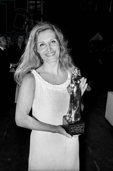 """Singer Dalida with her """"oscar"""" for the success of the songs """"Gigi l'Amoroso"""" and """"18 ans"""", Paris, 13 January  1975 (photo)"""