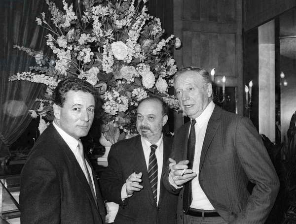 "French director Claude Berri and Yves Montand during the dinner for film ""Manon des sources"" at Fouquet's, Paris, 18 November 1986 (photo)"
