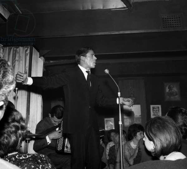 """Jacques Brel singing at the cabaret """"L'Echelle de Jacob"""", Paris, 25 January 1965 (photo)"""