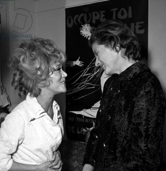 """Jacqueline Gauthier congratulated by Ingrid Bergman at the Premiere of the play """"Occupe toi d'Amelie"""", Paris, 2 November 1969 (photo)"""