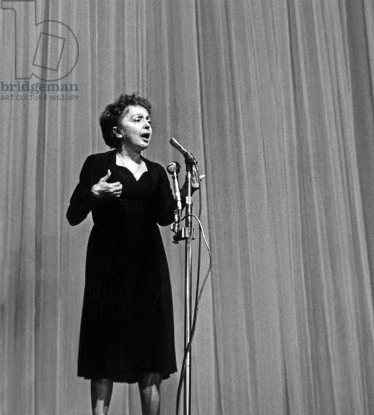 La chanteuse française Edith Piaf à l'Olympie, Paris, 27 septembre 1962 (photo)