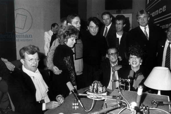 "Macha Beranger celebrating the 12 years of her radioprogram ""Allo Macha"" with Jose Artur, Nicoletta, Jean Guidoni and Jean Barthet, April 1989 (photo)"