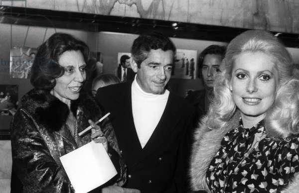 Alice Sapritch, réalisateur Jacques Demy et Catherine Deneuve à la première du film «Un homme légèrement enceinte», Paris, 19 septembre 1973 (photo)