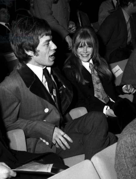 """The English singer Marianne Faithfull and Mick Jagger (Rolling Stones) during the first projection of the film """"La Grande Sauterelle"""", 10 January 1967 (photo)"""
