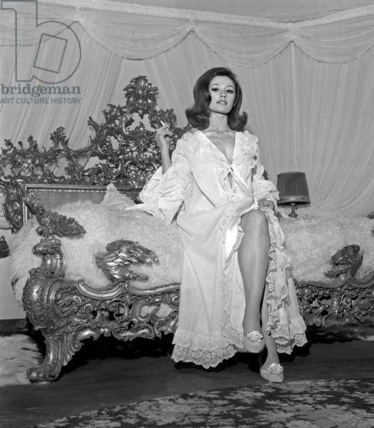 "Raffaella Carra on the set of the film ""The Saint Lies in Wait"", 9 May 1966 (photo)"