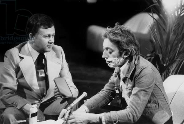 """The journalist Philippe Bouvard interviewing the composer and Singer Serge Gainsbourg during the TV Programme """"Dix de Der"""", c. 1975-1976 (photo)"""