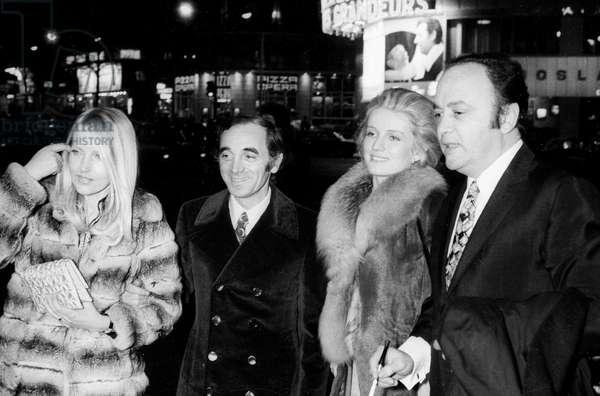 Charles Aznavour avec sa troisième épouse Ulla Thorsell, Marie-Christine Barrault et Raymond Pellegrin à la première du film «Les Intrus», 19 février 1972 (photo)