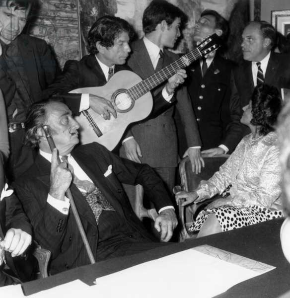 "Salvador Dali with his wife Gala and  the guitarist Manitas de Plata during the Programme ""Les 400 Coups"", 16 April 1967 (photo)"