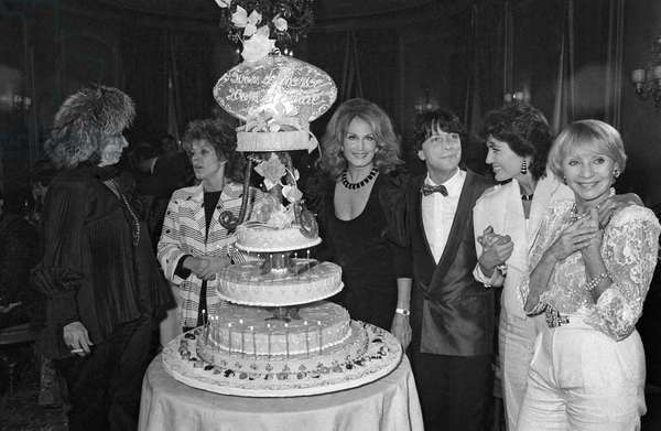 Alice Sapritch, Dalida, Herve Vilard, Linda de Souza and Annie Cordy during a party given for French Singer Herve Vilard at the Fouquet's restaurant in Paris, 19 November 1984 (photo)