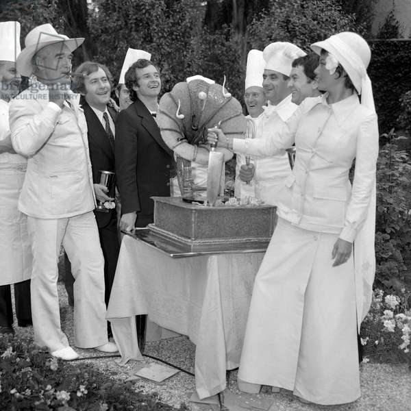5th wedding of Eddie Barclay (l, cigar) with Michele Desmazures in Neuilly sur Seine, June 21, 1973 : the layer cake (a phonograph). On r : cook Paul Bocuse (b/w photo)