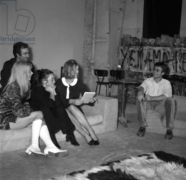 """Actresses Florence Giorgetti, France Beucler, Dorte during the rehearsal of the play """"Je ne pense qu'a ca"""", Paris, 10 October 1969 (photo)"""