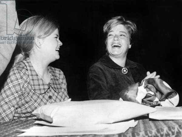 "Catherine Allegret and her mother Simone Signoret at the Premiere of the film ""Compartiment tueurs"", 17 November 1965 (photo)"