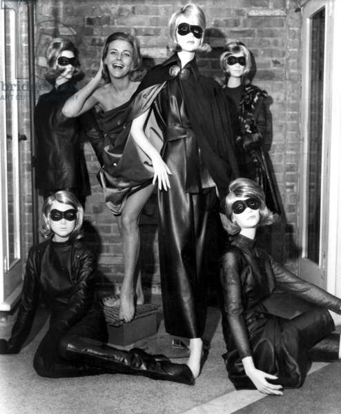 Aeries The Avengers with Honor Blackman, as Cathy Gale 29 octobre 1963 with fashion design by Frederick Starke