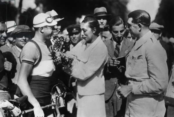 Before departure of the Tour de France, 1933 : Georges Speicher receiving flowers from Josephine Baker ; on r : Antonin Magne
