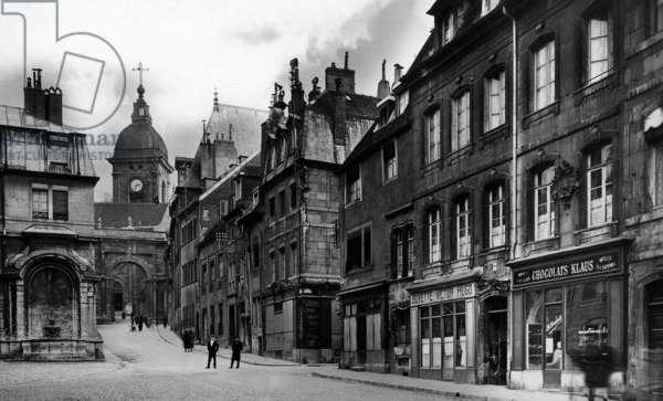 Besancon (France) : fountain Saint-Quentin, on r : native house of Victor Hugo, postcard, c. 1900 - 1910
