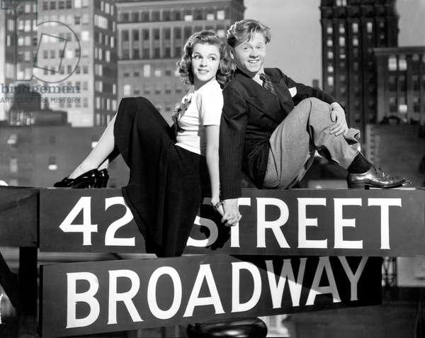 Debuts a Broadway BABES ON BROADWAY de BubsyBerkeley avec Judy Garland et Mickey Rooney en 1941