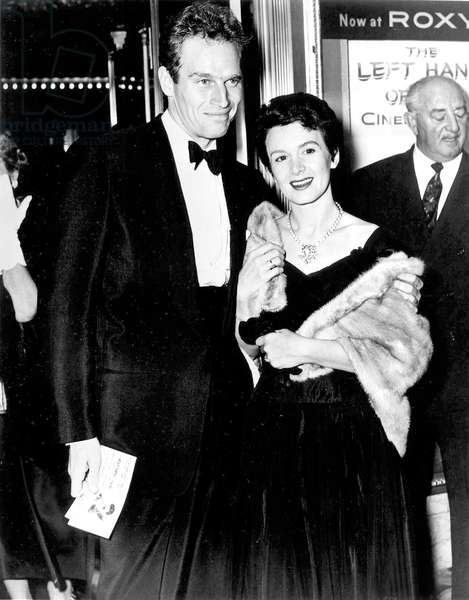 Charlton Heston et sa femme Lydia Heston lors de la première de The left Hand of God 1955 à Los Angeles