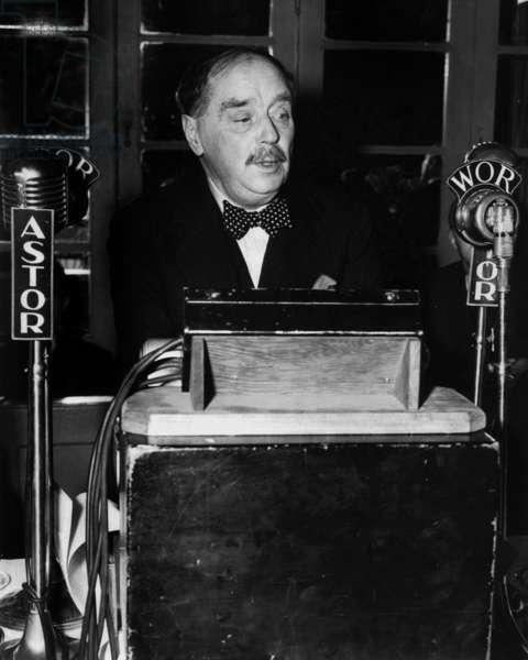 Herbert George Wells during a speech at the radio (b/w photo)